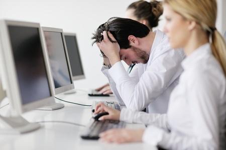 persona confundida: Retrato de un joven hombre de negocios con aspecto deprimido y preocupado de su trabajo a satisfacer indors oficina