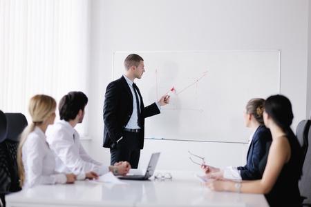 onderwijs: Groep van gelukkige jonge mensen uit het bedrijfsleven in een vergadering op het kantoor van Stockfoto