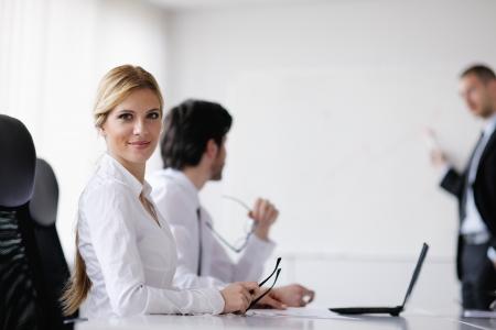 Gruppe von glücklichen jungen Geschäftsfrau in einer Sitzung im Büro Standard-Bild