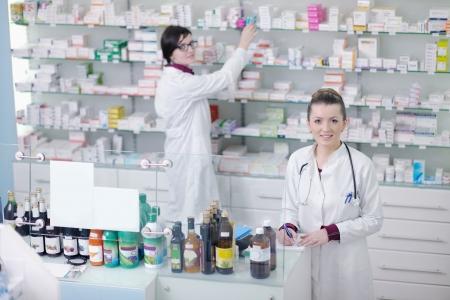 drugstore: equipo de grupo de la mujer de pie en Químico Farmacéutico farmacia farmacia Foto de archivo