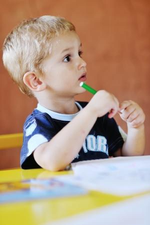 kinder: felice piccolo gioco gioco da ragazzi e divertirsi, lezioni di educazione in interni colorati parco giochi giardino kinder Archivio Fotografico