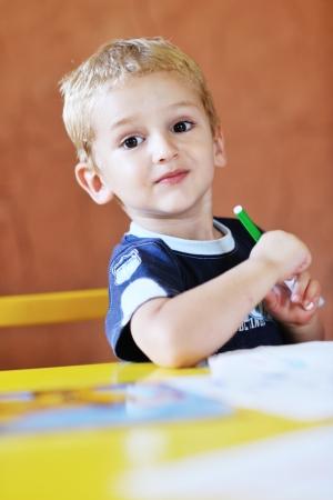 jardin de ni�os: feliz de peque�o juego un juego de ni�os y se divierten, las clases de educaci�n en el �rea de juegos de colores en el interior del jard�n kinder