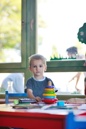 jardin de infantes: feliz peque�o juego un juego de ni�os y divertirse, en las clases de educaci�n coloridos interiores kinder patio jard�n