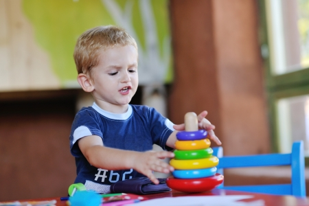 jardin de infantes: feliz pequeño juego un juego de niños y divertirse, en las clases de educación coloridos interiores kinder patio jardín