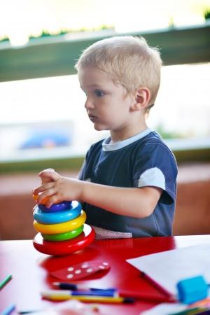 jardin de infantes: feliz de peque�o juego un juego de ni�os y se divierten, las clases de educaci�n en el �rea de juegos de colores en el interior del jard�n kinder