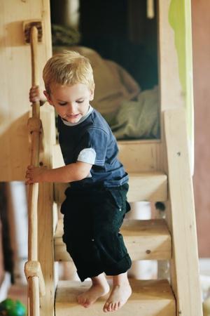 kinder: felice piccolo gioco un gioco da ragazzi e divertirsi, lezioni di educazione in interni coloratissimi giochi da giardino kinder Archivio Fotografico