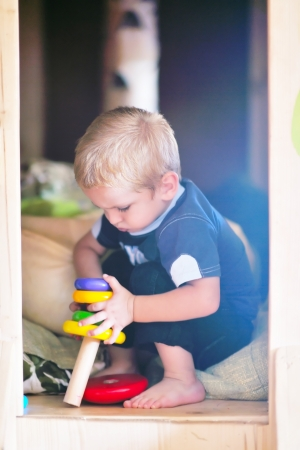 jardin de ni�os: feliz peque�o juego un juego de ni�os y divertirse, en las clases de educaci�n coloridos interiores kinder patio jard�n