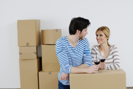 trasloco: Giovane coppia felice in movimento in casa nuova