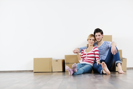 pareja en casa: Pareja joven feliz en movimiento en la casa de nuevo