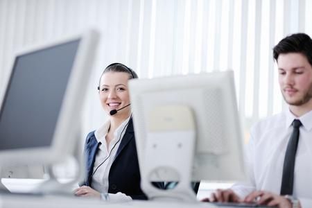 hotline: mensen uit het bedrijfsleven groep met een koptelefoon het verlenen van steun in helpdesk kantoor aan klanten, manager geven van trainingen en onderwijs instructies