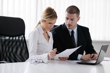 ejecutivo en oficina: Grupo de felices j�venes empresarios en una reuni�n en la oficina
