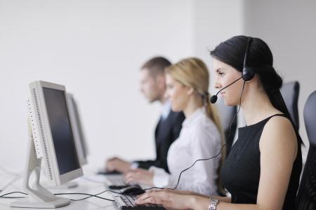 grupo de hombres de negocios con los auriculares que dan apoyo en la oficina de servicio de asistencia a clientes, formación en gestión y dar instrucciones educación Foto de archivo