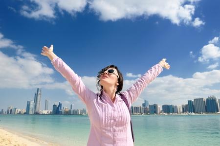 mooie jonge vrouw toerist in Dubai en Abu Dhabi op vakantie en reis