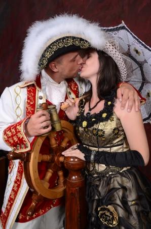 vestido medieval: retro feliz a la gente joven pareja en ropa de moda victoriana