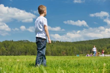 ni�os contentos: grupo de ni�os felices se divierten en el parque de la naturaleza al aire libre Foto de archivo