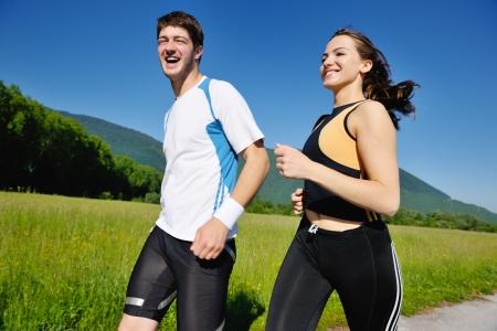 Junges Paar Joggen im Park am Morgen. Gesundheit und Fitness.