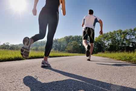 people jogging: Joven pareja trotar en el parque en la ma�ana. Salud y estado f�sico. Foto de archivo