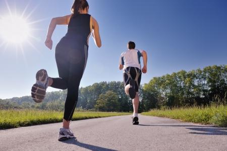 nina corriendo: Joven pareja trotar en el parque en la mañana. Salud y estado físico. Foto de archivo