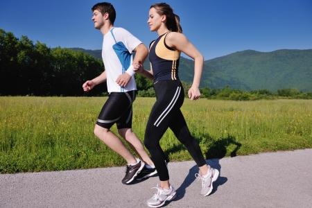 personas trotando: Joven pareja trotar en el parque en la ma�ana. Salud y estado f�sico. Foto de archivo