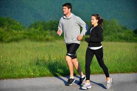 jog: Joven pareja trotar en el parque en la ma�ana. Salud y estado f�sico. Foto de archivo