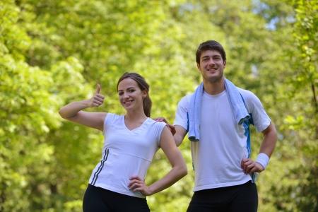 hacer footing: Joven pareja trotar en el parque en la ma�ana. Salud y estado f�sico. Foto de archivo