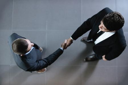 saludo de manos: los hombres de negocios d�ndose la mano hacer mucho y firmar contrato