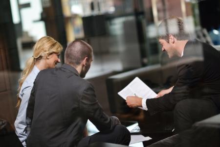vestibulos: Hombres de negocios del grupo en una reuni�n de equipo tiene �xito y hacer mucho
