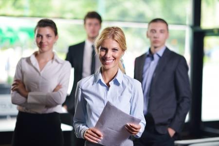 gerente: Grupo de felices jóvenes empresarios en una reunión en la oficina