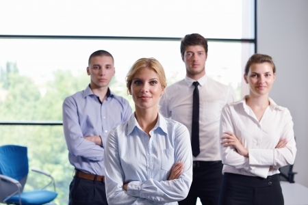 grupo de personas: mujer de negocios con su personal, las personas del grupo en segundo plano en el interior de oficinas modernos brillantes