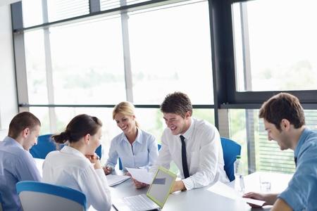 oficina: Grupo de felices j�venes empresarios en una reuni�n en la oficina