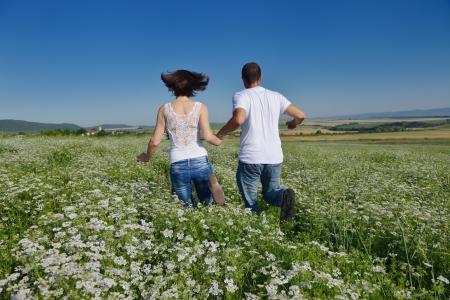 pareja saludable: feliz pareja de j�venes enamorados tienen romance y diversi�n en campo de trigo en verano Foto de archivo