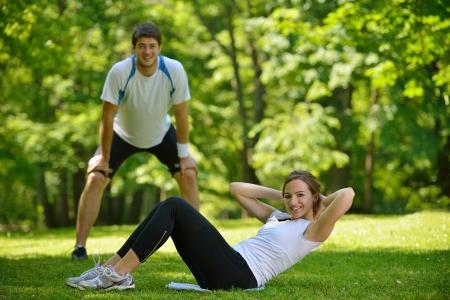 warm up: coppia salute giovane facendo esercizio di stretching rilassante e riscaldarsi dopo jogging e corsa nel parco