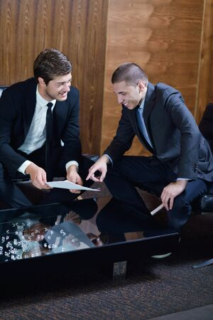 personas saludandose: los hombres de negocios dándose la mano hacer mucho y firmar contrato