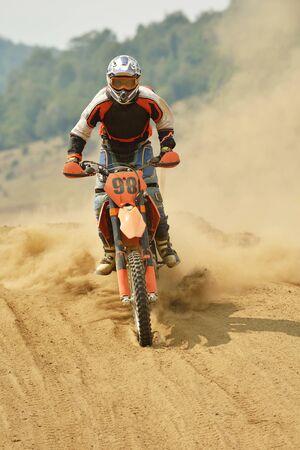 motor race: motorcross fiets in een race die concept van snelheid en kracht in extreme man sport