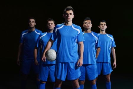 groupe de joueurs de l'équipe de football isolé sur fond noir