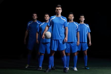 joueurs de foot: groupe de l'�quipe de joueurs de football isol� sur fond noir