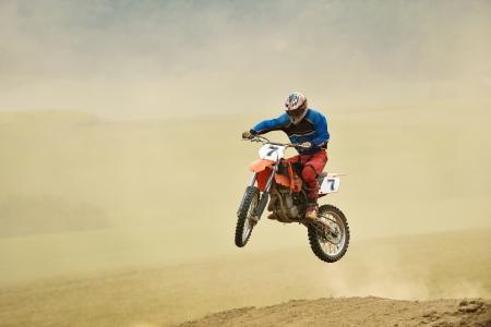 motorcross: motocross moto en una carrera que representa concepto de velocidad y potencia en el deporte extremo hombre