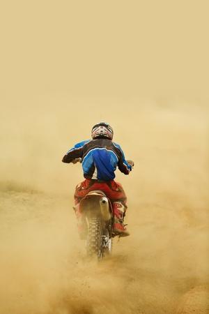 motor race: crossmotor in een race vertegenwoordigen concept van snelheid en kracht in extreme man sport