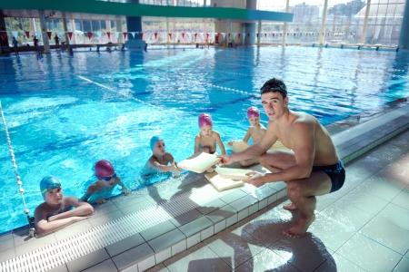 meisje zwemmen: gelukkig chid plezier hebben op zwembad Stockfoto