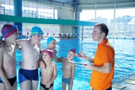 meisje zwemmen: blij chid zich vermaken in zwembad