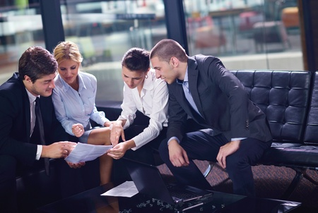 personas saludandose: los hombres de negocios d�ndose la mano hacer mucho y firmar contrato