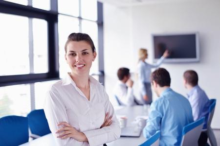 adultos: Grupo de felices j�venes empresarios en una reuni�n en la oficina