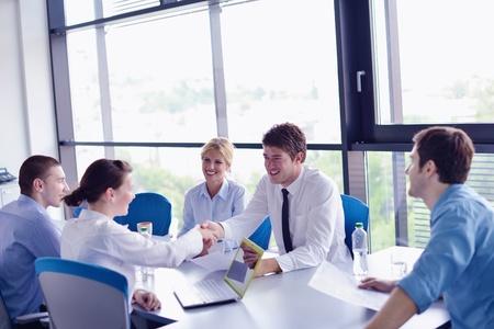 reunion de personas: Grupo de felices j?venes empresarios en una reuni?n en la oficina