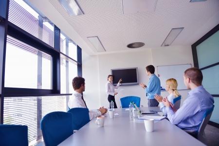 büro: Ofisinde bir toplantı mutlu genç iş adamları grubu