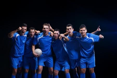 joueurs de foot: groupe de joueurs de l'�quipe de football c�l�brant la victoire et de devenir champion du jeu tout en tenant coup gagnant Banque d'images