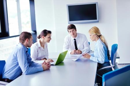 Grupo de felices jóvenes empresarios en una reunión en la oficina
