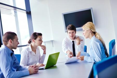 formacion empresarial: Grupo de felices j�venes empresarios en una reuni�n en la oficina