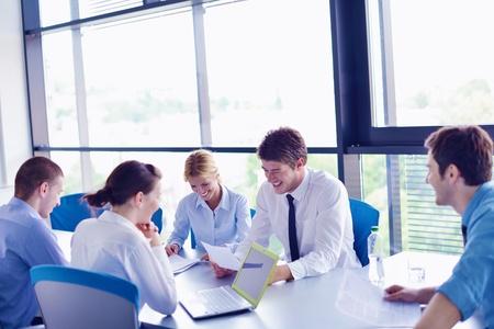 reunion de personas: Grupo de felices j�venes empresarios en una reuni�n en la oficina