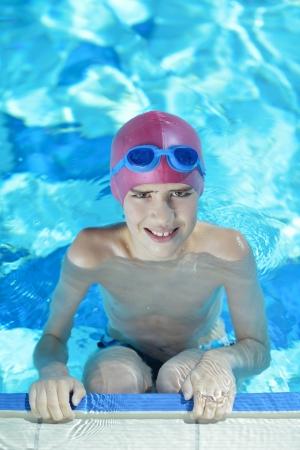 chid heureux s'amuser sur la piscine