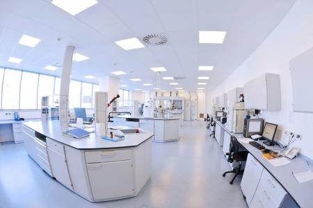 Medizin und Gesundheit hellen labor Innen mit Instrumenten Reagenzgläsern Standard-Bild